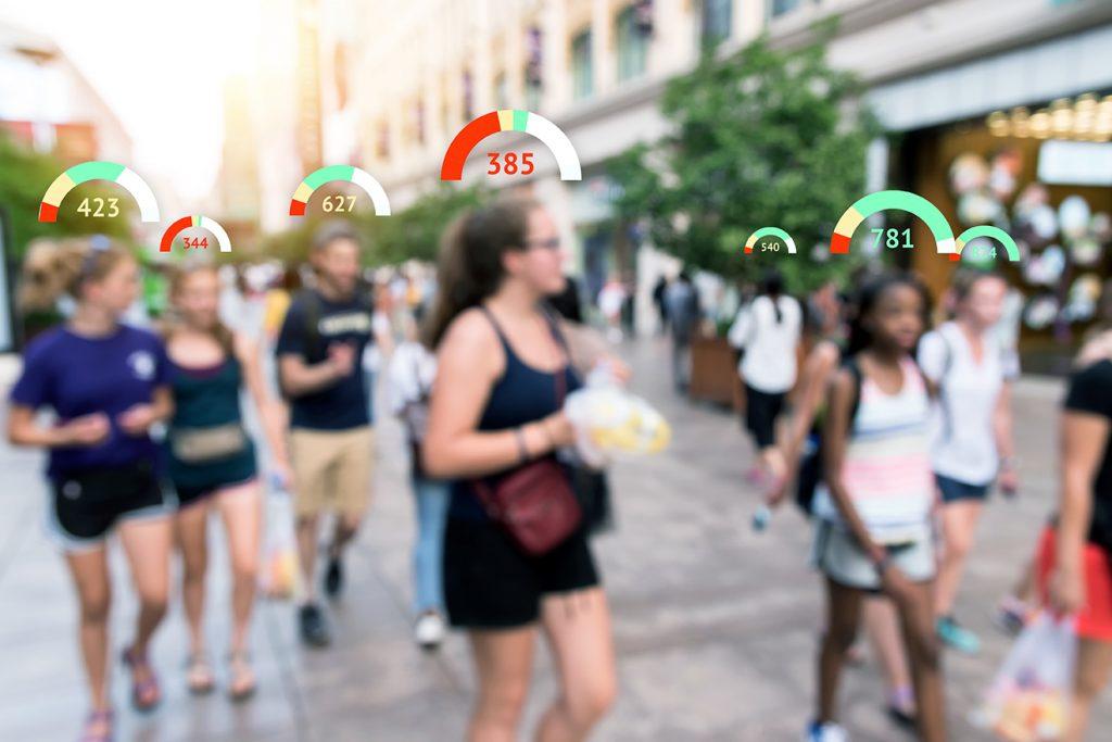 Groupe de personnes dans la rue avec des scores de réputation au-dessus de leur tête